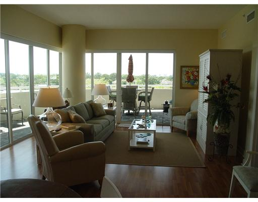 Island City Lofts Wilton Manors - Living Area